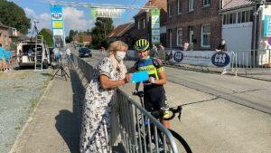 Jade Linthoudt ontvangt cadeaubon van Burgemeester Tania De Jonge op de Dames Elite wielerwedstrijd Grote prijs Tania De Jonge Nederhasselt 2021