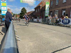 Eindsprint Julie De Wilde (PLANTUR-PURA) en Marieke de Groot (Get Coached) Dames Elite wielerwedstrijd Grote prijs Tania De Jonge Nederhasselt 2021